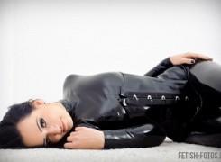 Bella Isadora im Catsuit