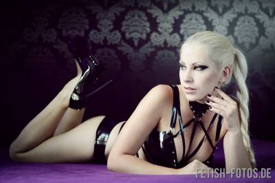 Luthieen in Latex-Lingerie