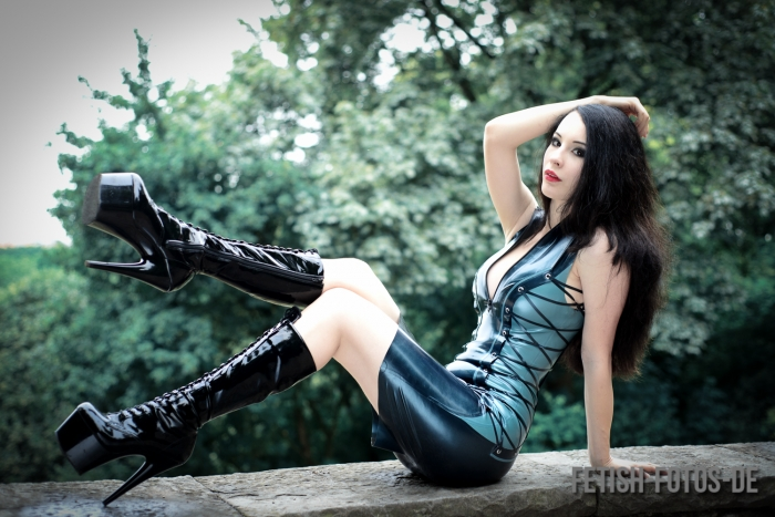Yulia Lunatic in Loco Latex